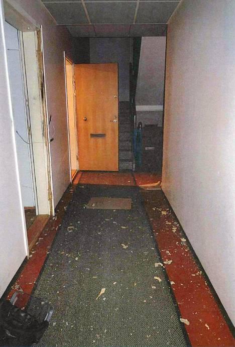 Näkymä rapun ovelta käytävälle
