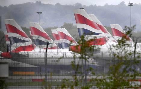 Koronaviruspandemian vuoksi toistaiseksi hyllytettyjä British Airwaysin matkustajakoneita oli pysäköity toukokuun 2020 alussa Lontoon Gatwickin lentokentälle.