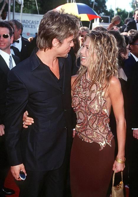 Brad Pitt ja Jennifer Aniston saapuivat yhdessä Emmy-gaalaan vuonna 1999 pian sen jälkeen, kun he olivat julkistaneet suhteensa.