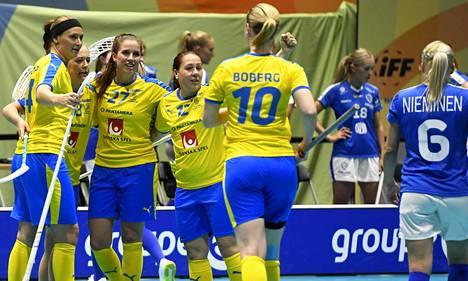 Sara Steen (numero 27) ja joukkuetoverit juhlivat maalia Suomen verkkoon 2019 Sveitsin MM-kisojen välieräottelussa. Ruotsi voitti kultaa, Suomi otti kisoissa pronssia.