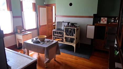 Kartanon keittiö, jossa palvelijat työskentelivät.