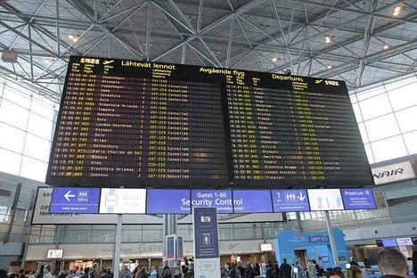 Lentojen peruuntuminen aiheutti ruuhkaa turvatarkastuksessa viime lokakuussa.