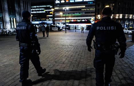Poliisi partioi Helsingin rautatieasemalla. Näkyvyydellä on poliisin kokemuksen mukaan suuri merkitys väkivallan ehkäisyssä.