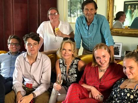 Lucinda ja Stephen Riley perheensä keskellä.