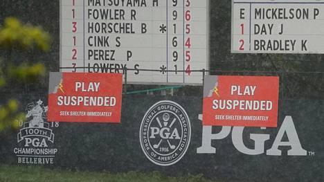 Golfin PGA-mestaruusturnauksessa värikäs päivä: Pallo osui fanin päähän, sitten nähtiin erikoinen rangaistus ja lopuksi iski ukkosmyrsky