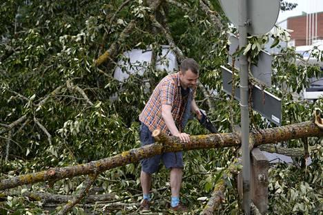 Ville Väisänen raivasi puita omalta parkkipaikaltaan Oulun Nummikadulla.
