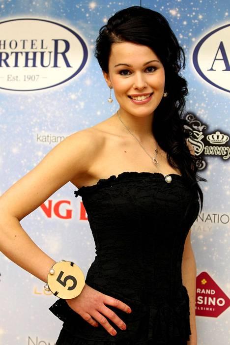 Sara Sieppi kuvattuna 2011 Miss Suomi -kisan finalistien julkistuksessa.