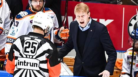 Tapparan päävalmentaja Jukka Rautakorpi kävi keskustelua päätuomarin kanssa finaaleissa 2018.
