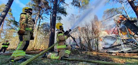 Palomiehet keskittyivät tulipalon leviämisen estämiseen läheiseen ympäristöön. Huvilan pelastamiseksi ei ollut mitään tehtävissä.