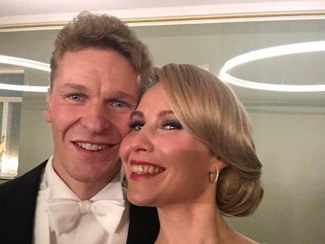Viime syksynä aviotuneet Toni ja Heidi Nieminen nappasivat Linnan juhlissa selfien.