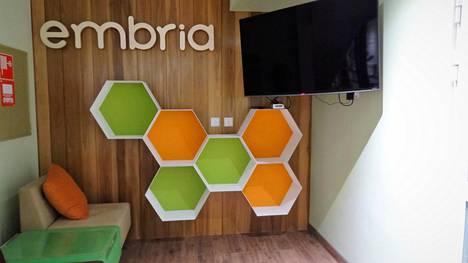 Entisen emäntäkoulun asuntolaan remontoidussa kurssikeskuksessa näkyvät omistajayhtiö Embrian logot.
