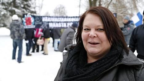 Terhi Kiemunki Tampereella Rajat kiinni! -mielenosoituksessa 23. tammikuuta.