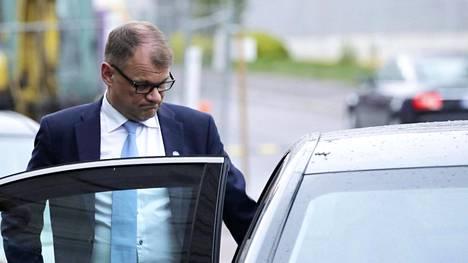 Pääministeri Juha Sipilä (kesk) istumassa virka-auton takapenkille.