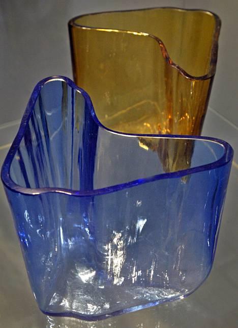 Nämä Alvar Aalto -maljakot myytiin viime vuonna kovaan hintaan. Arkistokuva vuodelta 2004, jolloin maljakot olivat esillä Designmuseossa.
