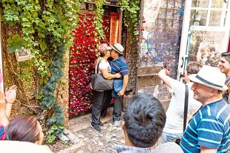 Julian pihalla on varattuna seinä pelkästään rakkauslukoille. Niitä ja muuta sydäntilpehööriä myydään pihan putiikissa.