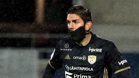 Diego Bardancan maski kääntää katseet.