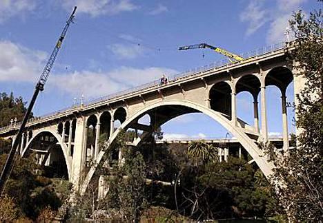 Tältä sillalta Carrey hyppäsi Kalifornian Pasadenassa.