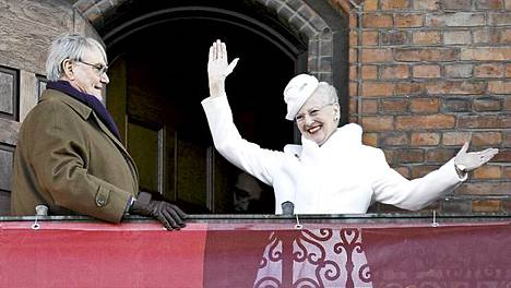 Tanskan kuningatar Margareeta II ja prinssi Henrik tervehtivät suosittua kuningatarta juhlivia tanskalaisia.