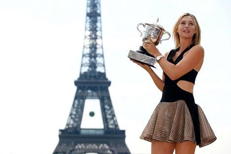 Sharapova juhli Ranskan avointen voittoa 2014.