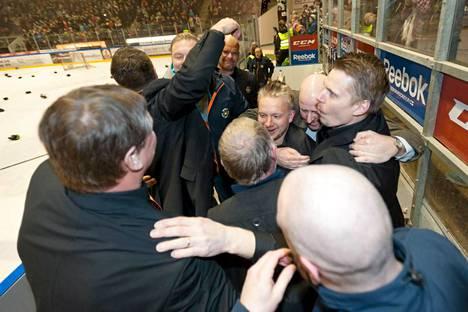 KooKoon valmentajat ja seurajohto juhlivat vaihtoaitiossa mestaruuden ratkettua.