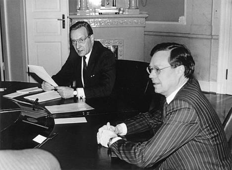 Pääministeri Harri Holkeri ja valtionvarainministeri Matti Louekoski tammikuussa 1991.