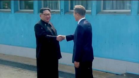 Ensimmäinen kerta, kun Pohjois-Korean johtaja astuu Etelä-Korean maaperälle sitten 1950-luvulla käydyn Korean sodan. Etelä-Korean presidentti Moon Jae-in ottaa Kim Jong-unin vastaan.