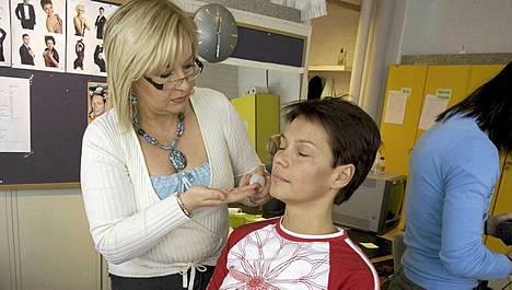 Maskeeraaja Kaarina Kokkonen jakoi lukijoille kauneuslukijoille. Kuvassa hän meikkaa Katja Kannonlahtea.