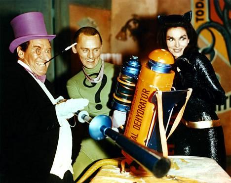 Burgess Meredith, Frank Gorshin ja Lee Meriwether rooliasuissaan vuonna 1955.