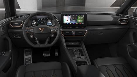 Vaikuttavinta ohjaamossa ovat erittäin hyvän tuen antavat istuimet, uusi ohjauspyörä sekä värit ja materiaalit.
