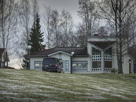 """Ålandsbanken haluaa ulosmitata Espoon Nuuksiossa sijaitsevan """"Villa Sunnyn"""", Markku Ritaluoman Suomen-kodin."""
