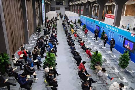 Kiina suunnittelee miljoonien ihmisten rokottamista ennen helmikuussa vietettävää kiinalaisen uudenvuoden juhlaa. Kuvassa massarokotus väliaikaisessa rokotuspisteessä Pekingissä 3. tammikuuta.