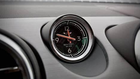 Klassinen Bentley-kello komeilee keskellä kojelautaa.