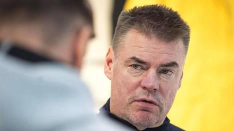 Raimo Helmisen mielestä Suomen pelaajien olisi hyvä rauhoittua.