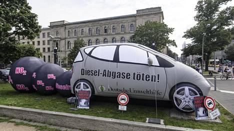 """""""Dieselpäästöt tappavat"""". Näin mielenosoittajat tekivät asiansa selväksi liikenneministeriön edustalla Berliinissä, kun autoala ja ministerit keskustelivat dieselin tulevaisuudesta."""