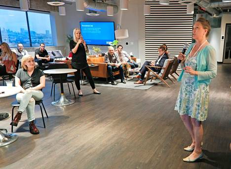Bonita Pietila puhumassa pohjoismaiselle yleisölle Nordic Night -tilaisuudessa. Alan ammattilainen muistutti, että viihdeteollisuudessa on monenlaisia työpaikkoja. Esimerkiksi kukin tv-sarja työllistää vähintään sata henkeä.