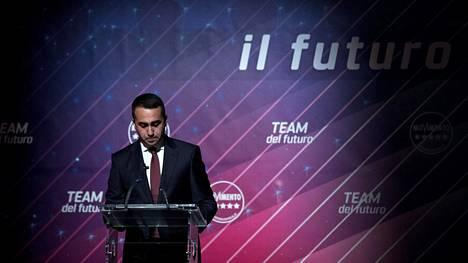 Luigi Di Maio ilmoitti erostaan Roomassa puolueelle järjestetyssä tilaisuudessa.