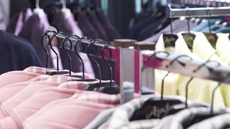 """""""Kokomerkinnät vaihtelevat eri merkkien välillä, ja naisilla voi olla kolmekin itselle sopivaa kokoa brändistä riippuen"""", sanoo pukeutumisneuvoja."""