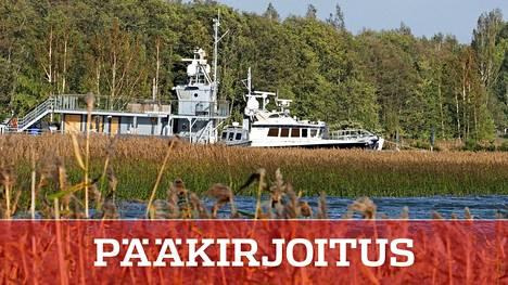 Aluksia oli ankkuroituna Airiston Helmi Oy:n kiinteistön rantaan Paraisten Ybbernäsissä 22. syyskuuta. Keskusrikospoliisi teki samaan aikaan etsintöjä kiinteistön alueella.