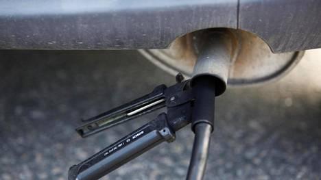 Kuvassa mitataan dieselauton päästöjä.