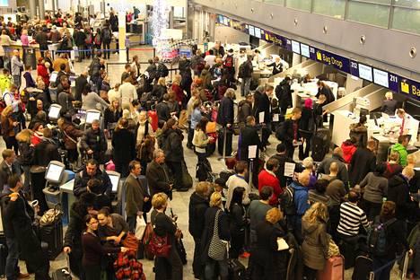 Ruuhkaa lähtöselvityksessä Helsinki-Vantaalla joulukuussa 2012.