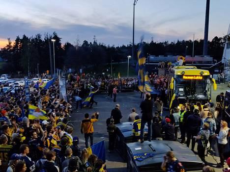 Juhlat jatkuivat illalla Äijänsuon jäähallilla.