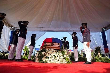 Haitin lippu peitti arkkua.