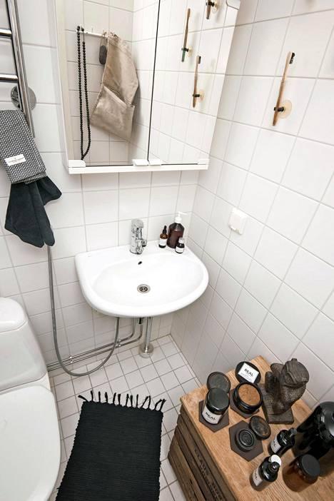 Kylpyhuoneesta löytyy ystävän yrityksen luonnonkosmetiikkaa.