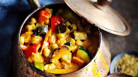 Mausteisessa kasviscurryssa on kikherneitä ja yllin kyllin kasviksia.