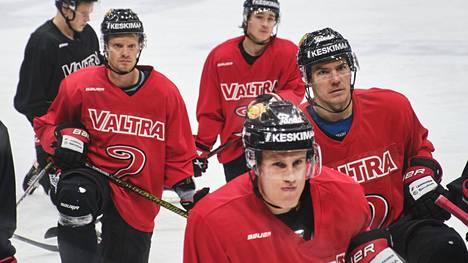 Kapteeni Jani Tuppurainen (vas.) ja varakapteeni Aleksi Salonen (edessä kesk.) edustivat pelaajistoa vaikeissa neuvotteluissa seurajohdon kanssa. Torstaina oli taas treenien aika.