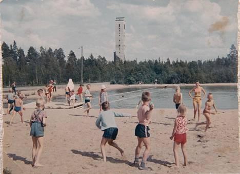 Kylän lapsia varten rakennettiin uimapaikka.