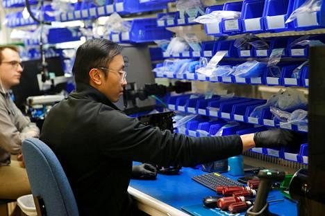 Mies työskenteli hengityskoneita valmistavan VOCSN-yhtiön kokoonpanolinjalla Washingtonin Bothellissa viime viikolla.