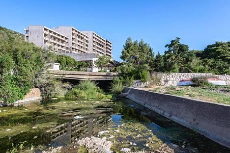 Hylätty hotelli Kuparin entisessä lomakylässä.