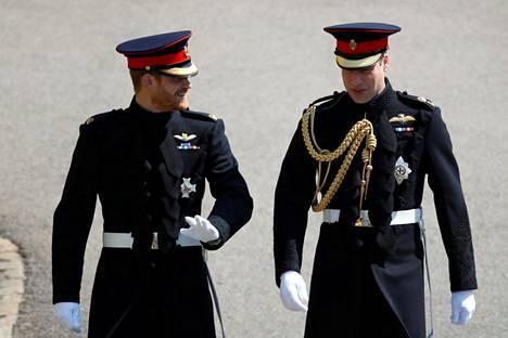 Harry ja William pukeutuivat molemmat sotilasunivormuun prinssi Harryn häihin toukokuussa 2018.