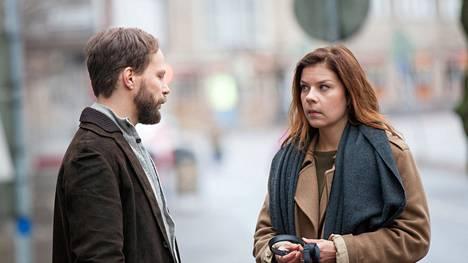 Antti (Juho Milonoff) ja Sara (Armi Toivanen) setvivät välejään Hinnalla millä hyvänsä -sarjan päätösjaksossa (ma MTV3 klo 21.00).